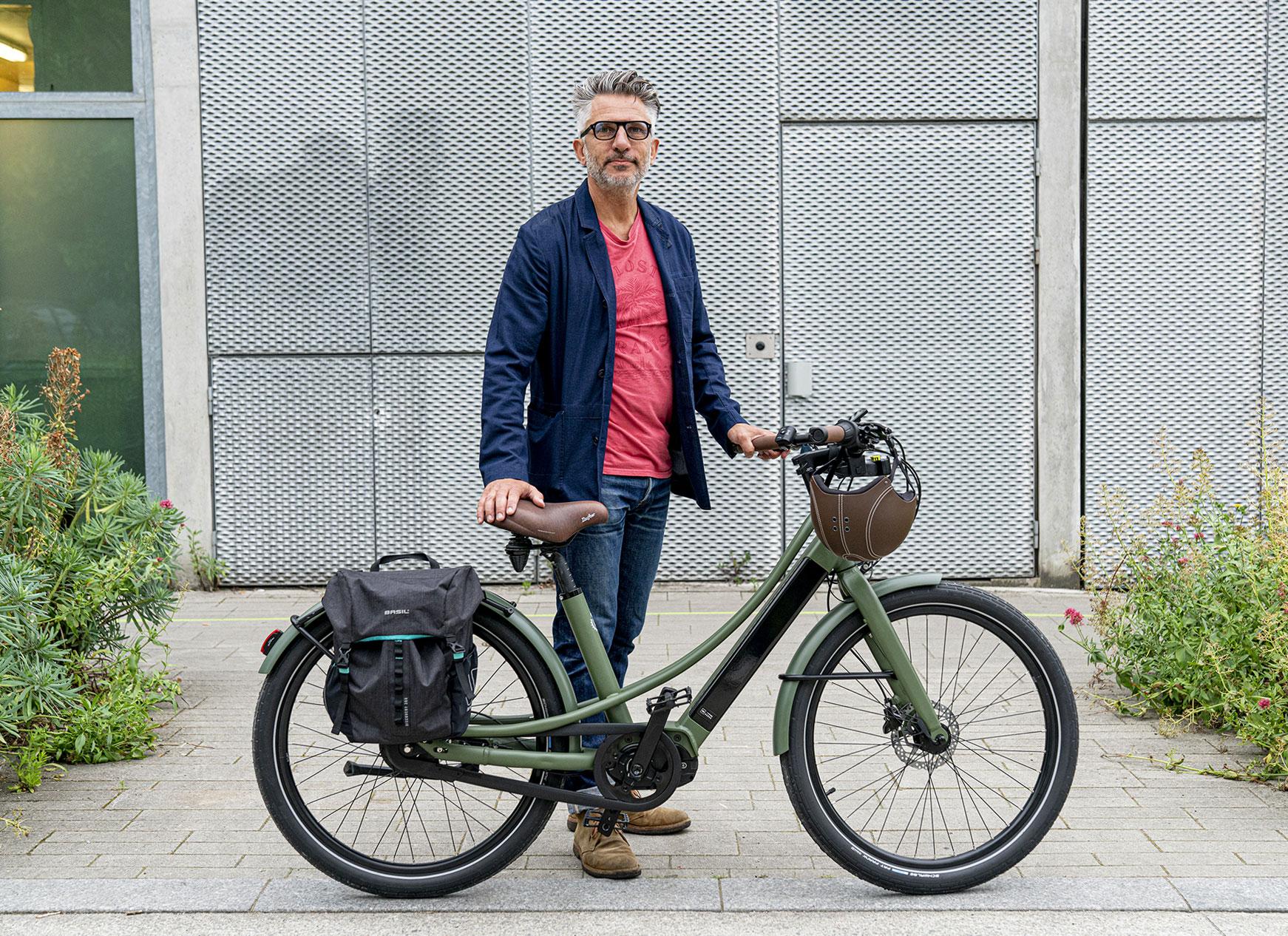 Conseiller homme VDI et de démonstration du vélo électrique Reine BikeNantes