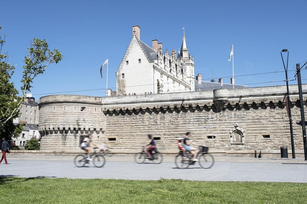 déplacement en vélo électrique dans la ville de Nantes