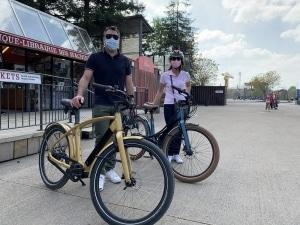 homme et la femme qui testent le vélo électrique haut de gamme Reinebike à nantes